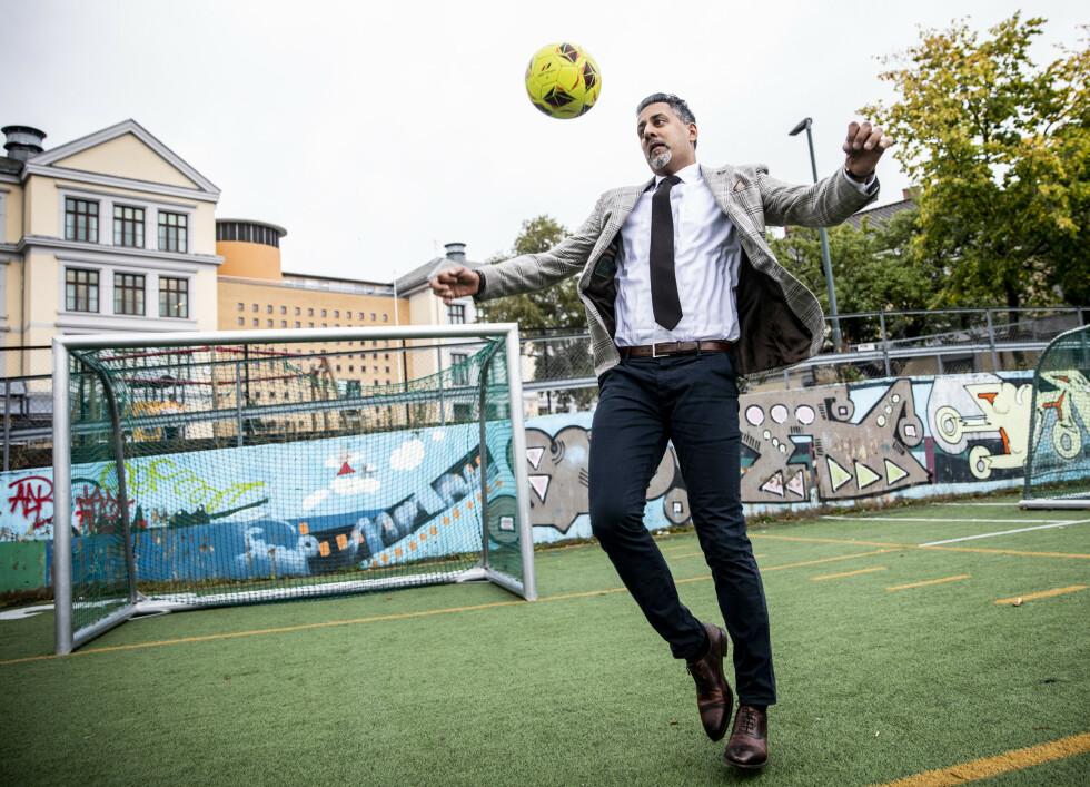 BREDDEBALL: Abid Raja trikser med ball på Kampen Skole. Foto: Christian Roth Christensen / Dagbladet