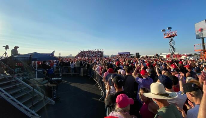 FLERE TUSEN: Ifølge Trumps eget sikkerhetsapparat kan så mange som 10 000 mennesker ha vært inne på flyplassområdet i Tucson natt til tirsdag. Foto: Trym Mogen / Dagbladet