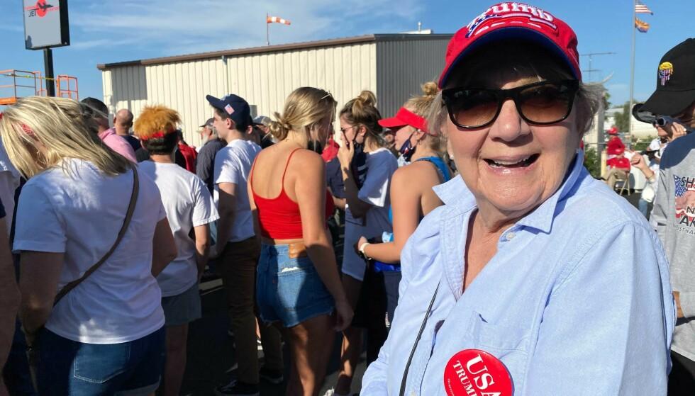 FRIHET: Jane var en av mange tusen som natt til tirsdag hadde funnet veien til Trump-arrangementet i Tucson. Hun bruker ikke munnbind. Foto: Trym Mogen / Dagbladet