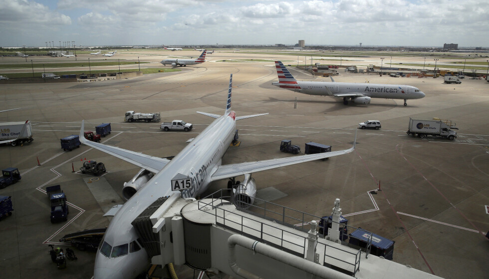 FLY: En covid-19-smittet kvinne døde på et fly. Her fra Dallas-Fort Worth International Airport. Foto: AP/ NTB
