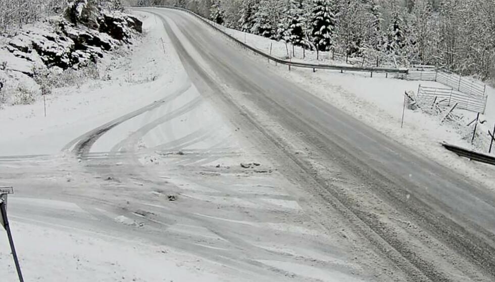 SNØFØRE: Det er snøføre og glatte veier i området. Foto: Statens Vegvesen