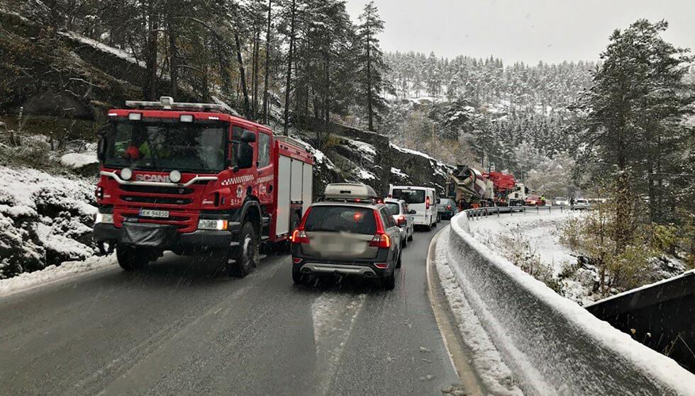 UTRYKNING: Politi og brannvesen er på ulykkesstedet. Foto: Bjørn Sølsnæs
