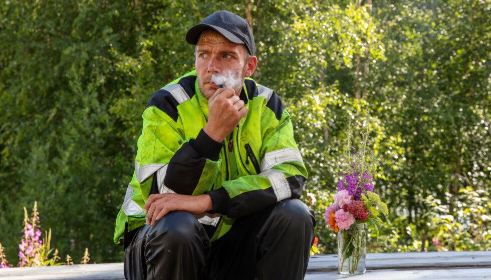 TOBAKK-AVTALE: Raymond Røskeland blir stadig sett med pipa i munnviken. Nå kommer det fram at produksjonen tok grep for å ha nok tobakk på gården. Foto: Alex Iversen / TV 2