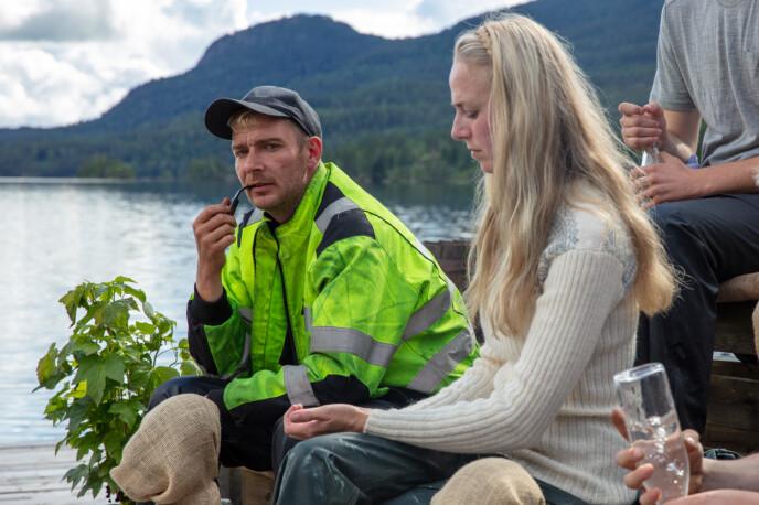 PIPE: Raymond Røskeland forteller hvordan han hele tida hadde nok tobakk til pipa på gården. Foto: Alex Iversen / TV 2
