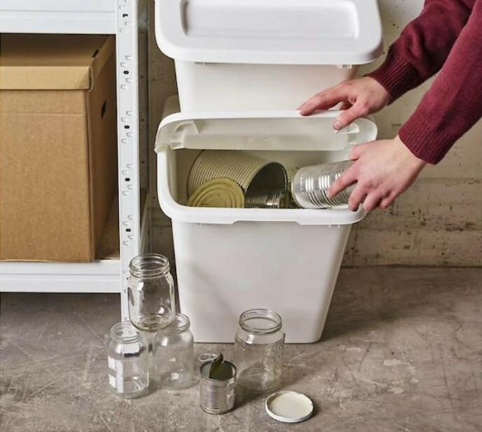 PRAKTISK: Det er smart å ha en oppbevaringsdunk i boden eller i garasjen. Det gjør det enklere å kildesortere.