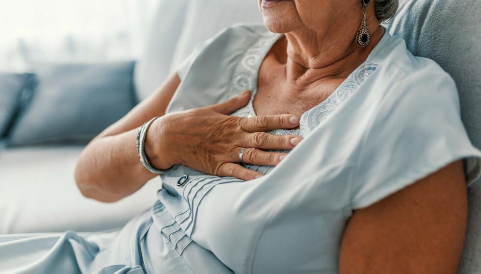 KJØNNSFORSKJELLER: Det er ikke bare forskjell på når i livet menn og kvinner ofte blir rammet av et hjerteinfarkt, men symptomene kan også være forskjellige. Illustrasjonsfoto: Shutterstock / NTB Scanpix