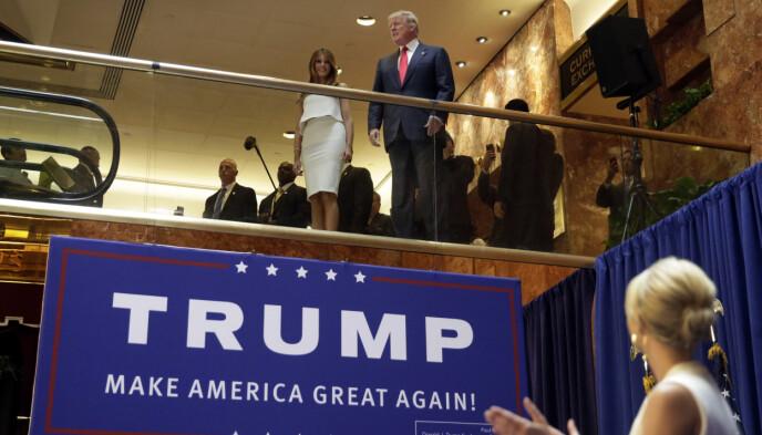 2015: Donald og Melania Trump på vei ned rulletrappa i Trump Tower i New York. På scenen står Trumps datter, Ivanka Trump. Foto: Richard Drew / AP / NTB