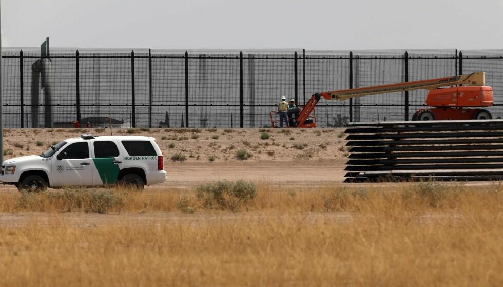 KONSTRUKSJON: Her kan man se at bygging på grensa pågår, her på grensa mellom El Paso i Texas og Ciudad Juarez i Mexico. Bildet er tatt 17. august 2020. Foto: Herika Martinez / AFP / NTB