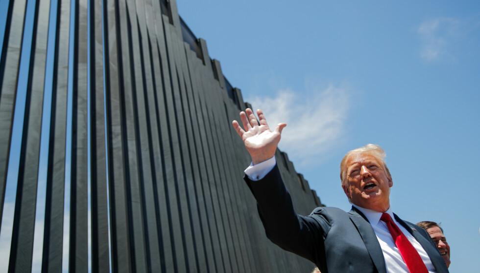 2020: President Donald Trump får omvisning langs en ny del av grensegjerdet i San Luis, Arizona. Bildet er tatt 23. juni 2020. Foto: Carlos Barria / Reuters / NTB