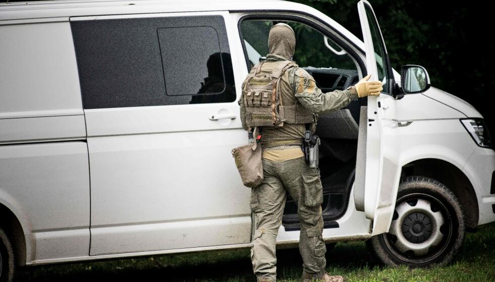 HVIT VAREBIL: Madsen ble pågrepet idet han hoppet inn i denne hvite varebilen. Foto: Nils Meilvang / Ritzau Scanpix / AFP / Denmark OUT