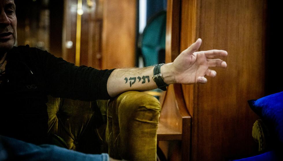 TATOVERT: På venstre arm har Søgaard tatovert Amadeus på hebraisk, på høyre står det «håp for framtida» - også på hebraisk.