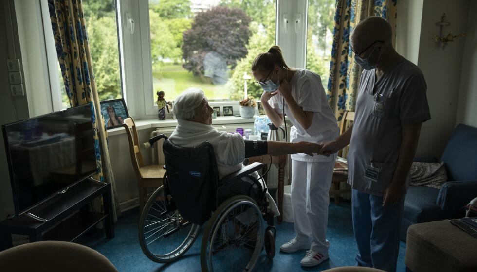 HARDT RAMMET: En eldre kvinne får tilsyn på et sykehjem i Belgia. Landet har vært hardt rammet av store utbrudd på sykehjem, og rundt halvparten av alle coronarelaterte dødsfall i Belgia, har funnet sted på sykehjem. Foto: Francisco Seco / AP Photo / NTB