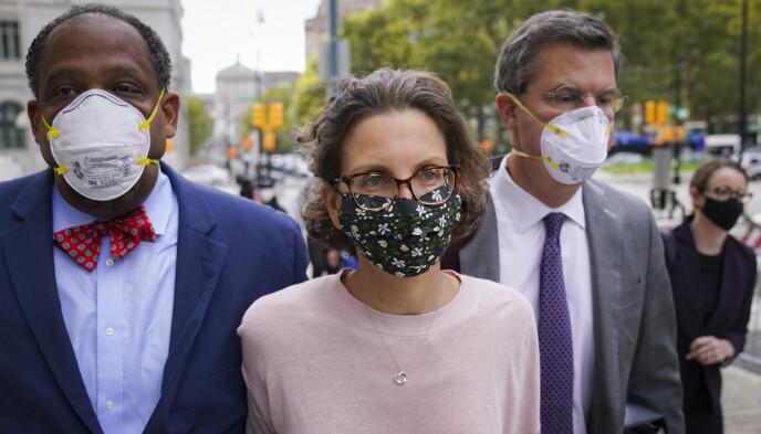 LANG FENGSELSSTRAFF: Millardær Clare Bronfman var den første som fikk dommen i NXIVM-saken. Her er hun utenfor retten 30. september. AP Photo/John Minchillo)