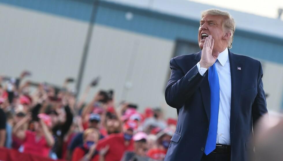 MER KRITISK: USA-kommentator Henrik Heldahl synes ikke det er rart at Trump får mer kritisk pressedekning: - Trump farer mer med løgn, sier han. Foto: AFP / NTB