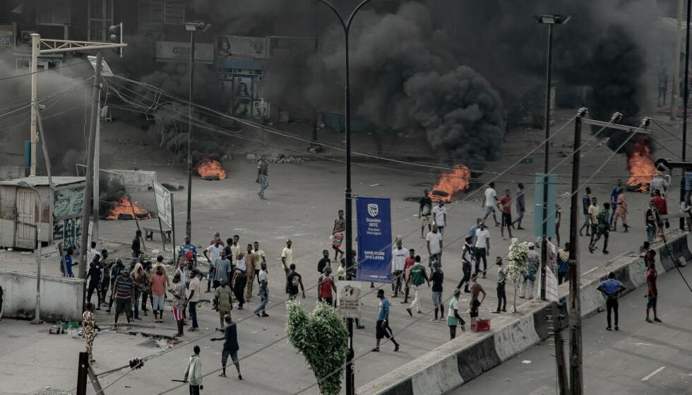 DEMONSTRASJONER: Til tross for portforbud, har demonstranter tatt til gatene i flere av landets største byer onsdag. Her fra Lagos. Foto: Reuters / NTB