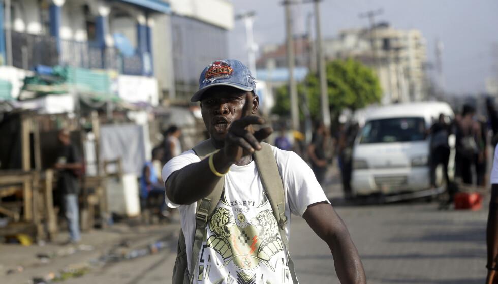 LEKKI: En mann demonstrerer i Lekki i Lagos onsdag. I to uker har nigerianere over hele landet demonstrert mot politivold. Foto: Sunday Alamba / AP / NTB