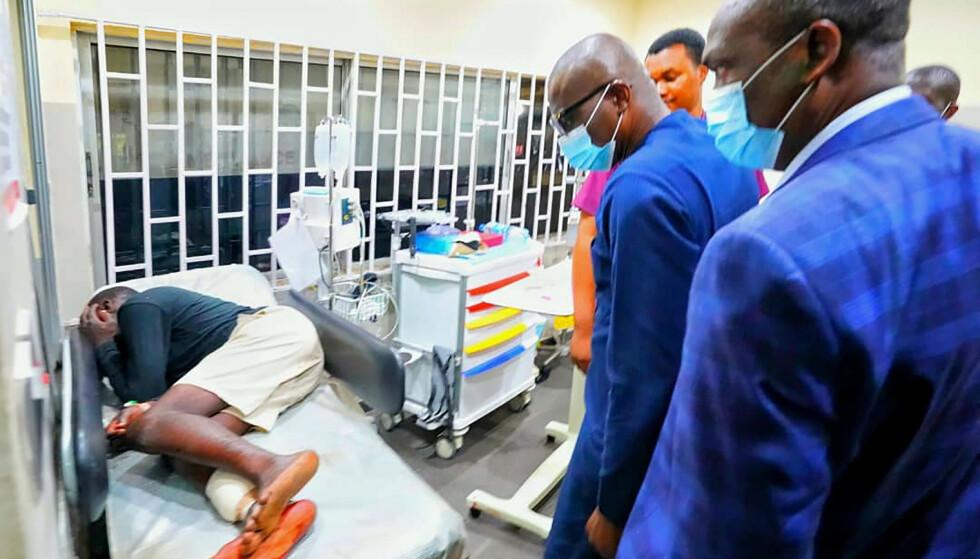 SÅREDE: Lagos' myndigheter offentliggjorde dette bildet av guvernøren Babajide Sanwo-Olu som besøker sårede demonstranter på sykehus onsdag. Foto: Lagos State government press via AP / NTB