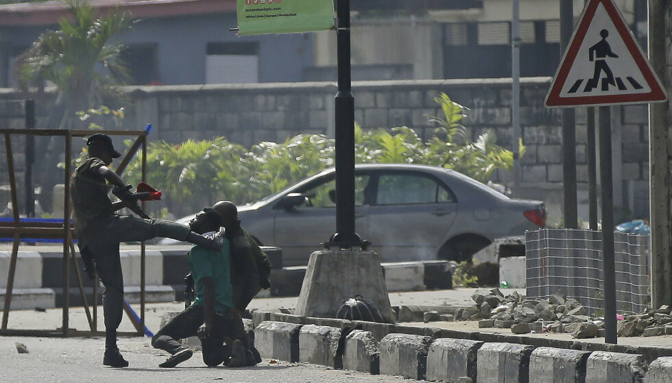 VOLDELIG: En politibetjent anholder demonstranter i Lekki i Lagos, Nigeria, onsdag. Foto: Sunday Alamba / AP / NTB