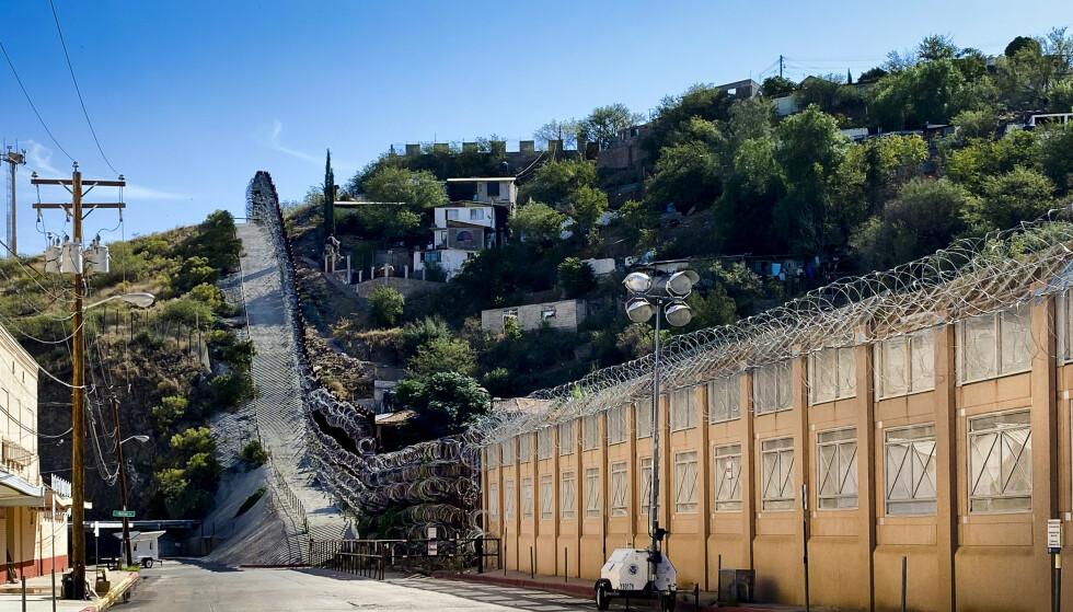 TRUMPS MUR?: Ikke akkurat, men når han skryter av å ha bygget over 600 kilometer med mur, teller han alle stedene der amerikanske myndigheter har bygget. Som her, hvor de har lagt på piggtråd på en mur bygget for 25 år siden. Foto: Trym Mogen / Dagbladet