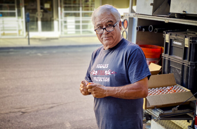 BEKYMRET: Ramon Astorga, som bor i Nogales, mener muren er blitt farligere etter myndighetenes grep. Han mener piggtråden må fjernes. Foto: Trym Mogen / Dagbladet