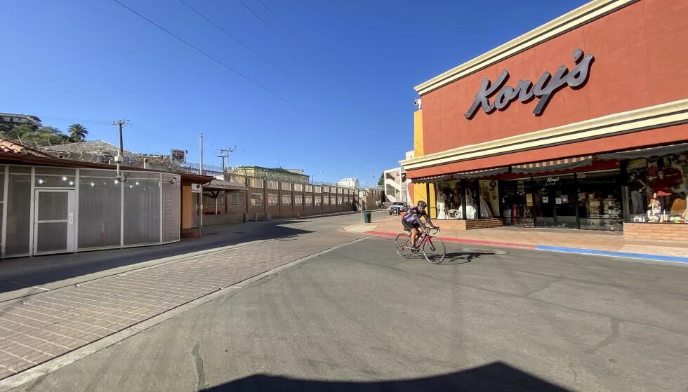 LURING: Faktisk er bare 14 kilometer ny mur bygget, ifølge CNNs utregninger. Murprosjektet har blitt kraftig intensivert opp mot valgdagen 3. november. I Nogales går muren midt gjennom sentrum. Foto: Trym Mogen / Dagbladet