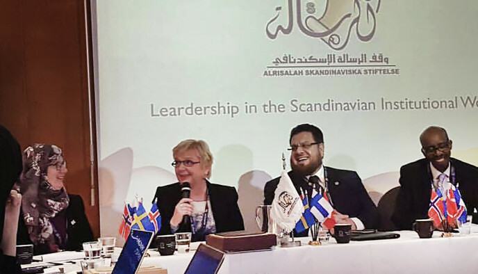 I FINLAND: Sandra Maryam Moe, helt til venstre, og Hussein al-Daoudi på en al-Risalah-konferanse med ulike finske samfunnsaktører i Helsinki. Foto: Alnor