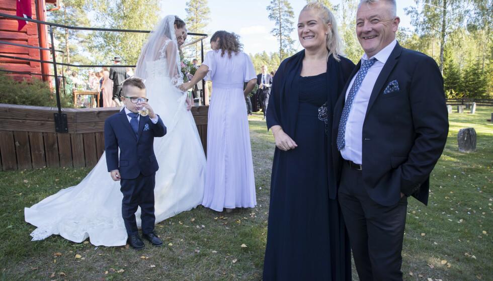 STOLTE: Tone og Gjert i sønnen Filips bryllup i Mangen kapell i 2018. Yngstesønn William (7) i bakgrunnen. Da Tone og Gjert i år skulle realisere sin ferske drøm om å fornye ekteskapsløftene de ga for over 30 år siden, ble det corona-problemer. Foto: NTB