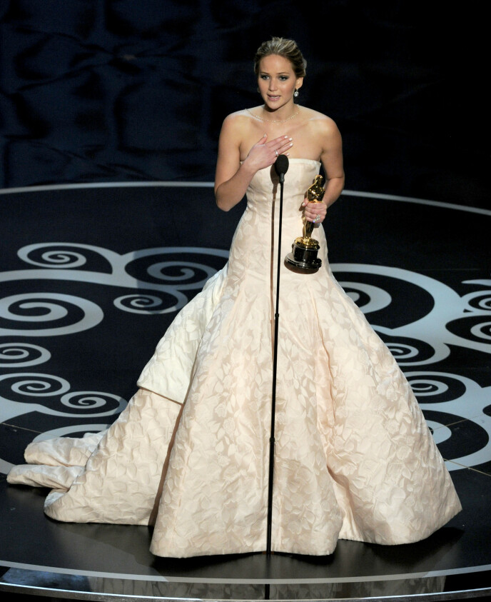 PINLIG: Da Hollywood-stjerna omsider kom seg opp på scenen for å motta prisen for beste kvinnelige hovedrolle, innrømmet hun at fallet var pinlig. Foto: Chris Pizzello / Invision / AP / NTB