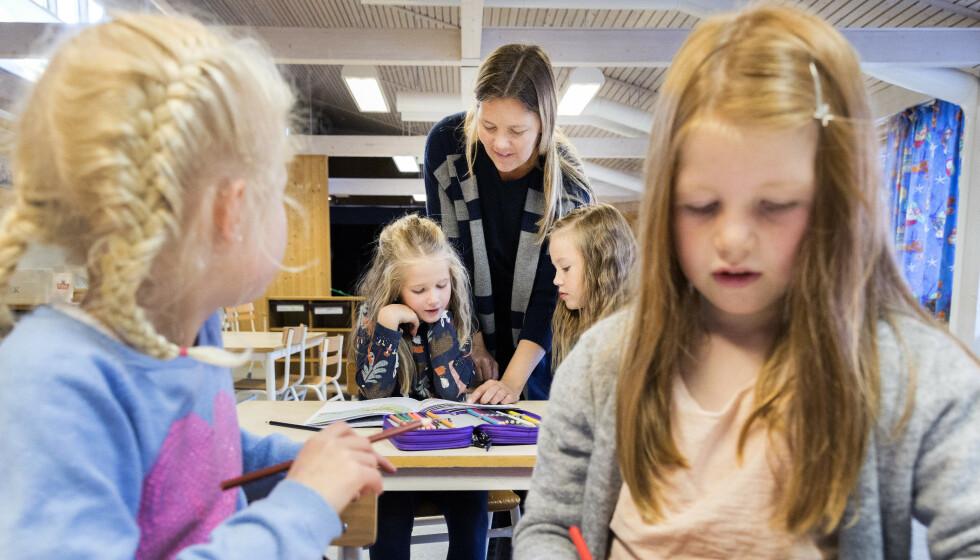TILLIT: Skal norsk skole fortsatt nyte høy tillit i befolkningen og forbedre seg, kan man ikke hemmeligholde hvorvidt elevene lærer å lese, skrive og regne helt fram til eksamenskarakterene i 10. klasse blir offentliggjort, skriver kronikkforfatteren. Foto: Gorm Kallestad / NTB