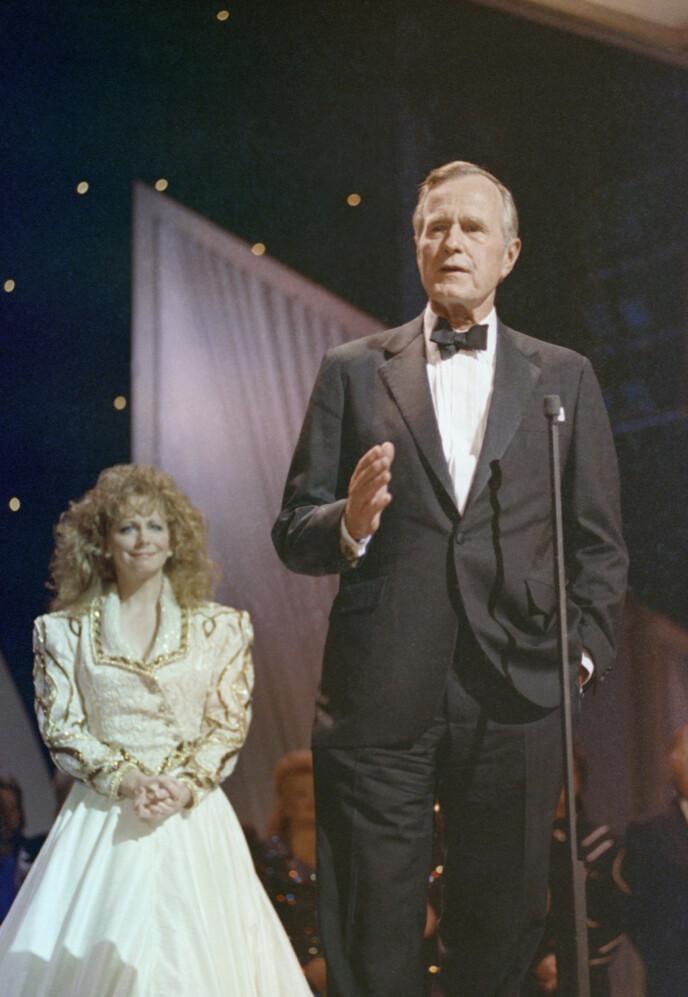 TRAGISK: Under Country Music Awards i 1991 vant hun pris for beste kvinnelige vokalist etter tragedien. President George H. W. Bush var også til stede. Her står McEntire stolt bak presidenten. Foto: AP/ J. Scott Applewhite / NTB