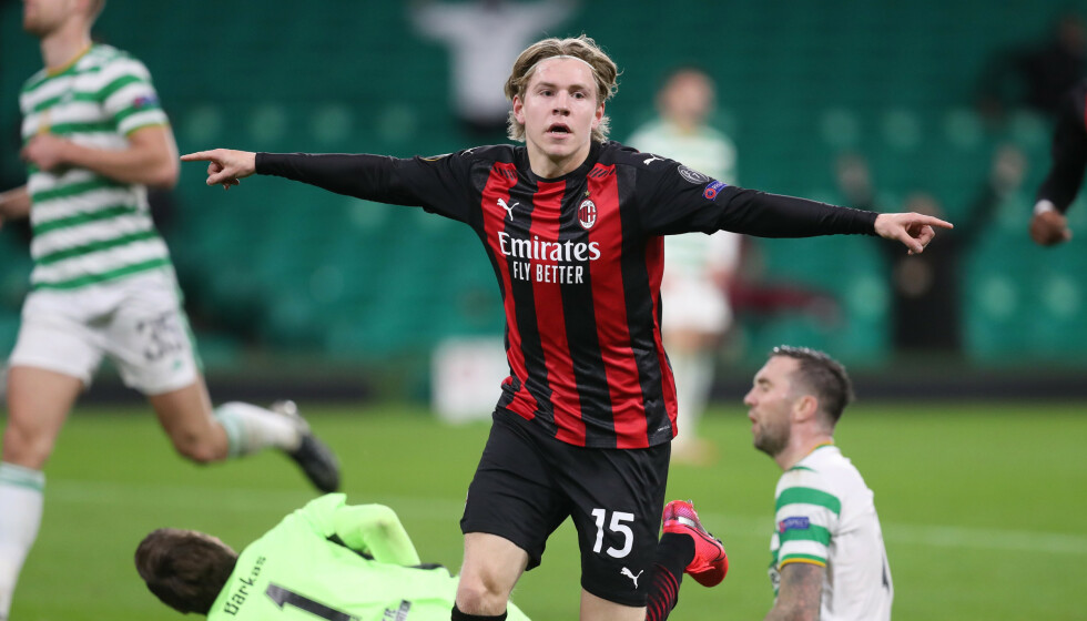 MÅL: Jens Petter Hauge feirer scoringen på Celtic Park. REUTERS/Russell Cheyne