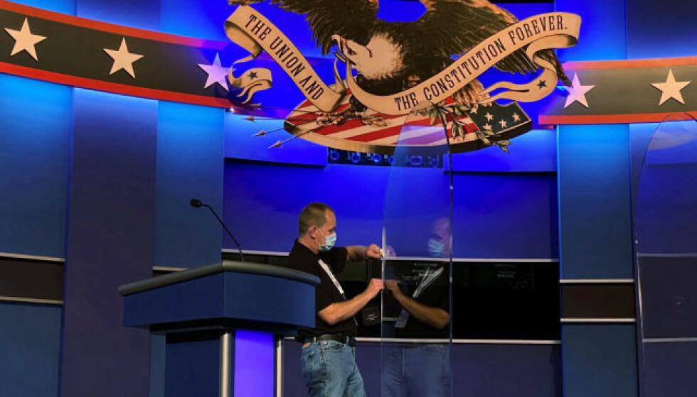 FJERNET: Pleksiglassene ble fjernet fra scenen kort tid før debatten. Foto: Reuters / NTB