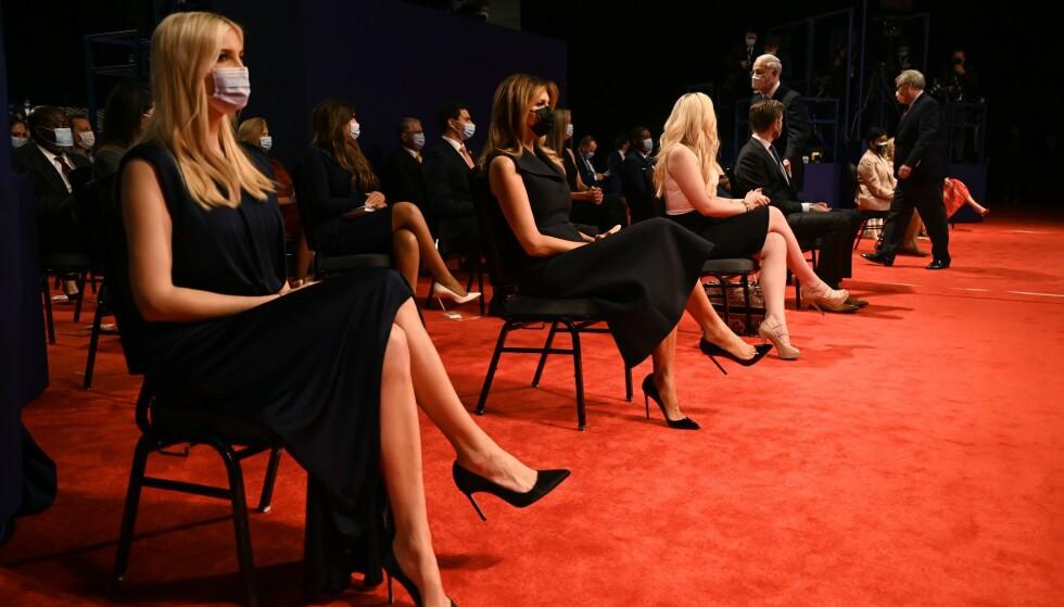 MED MUNNBIND: Datter Ivanka Trump, kone Melania Trump og datter Tiffany Trump med munnbind i forkant av presidentdebatten natt til fredag. Foto: Photo by Jim WATSON / AFP / NTB