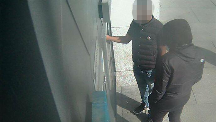 UTTAK: Politiet mener bildet fra et overvåkingskamera viser en medhjelper som tar ut byttet i form av kontanter i en minibank i Oslo. Foto: Politiet.