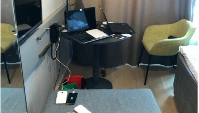 BASE: To av de siktede i saken ble pågrepet på et hotell i Oslo. Der var de i full gang og hadde rigget seg opp med flere datamaskiner og telefoner. Foto: Politiet.