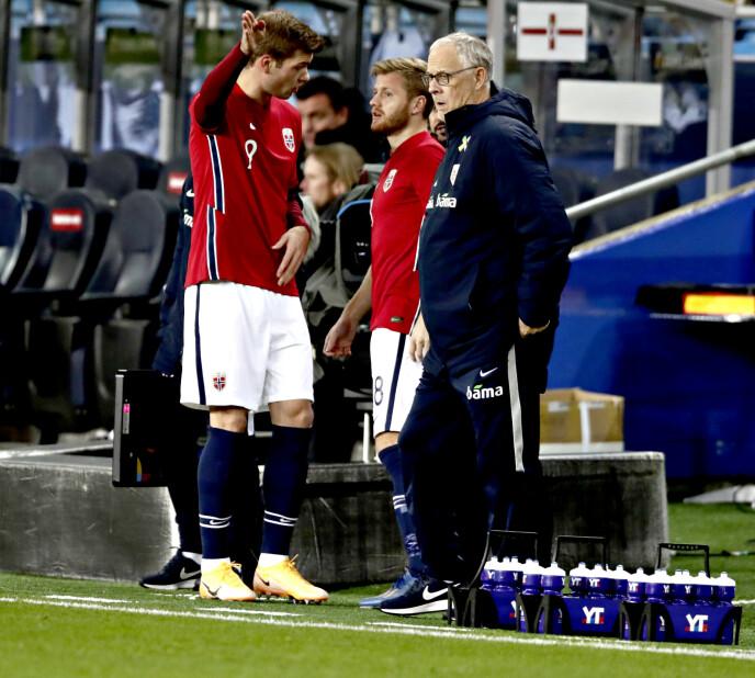 UENIGE: Alexander Sørloth og Lars Lagerbäck har en del usnakket. Foto: Bjørn Langsem