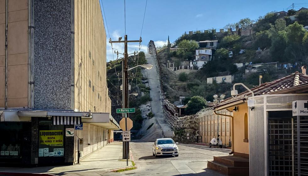 MUREN: Grensemuren går rett gjennom Nogales' sentrum. Tidligere var det nærmest fritt fram å passere grensa begge veier. Nå kommer nesten ingen gjennom. Foto: Trym Mogen / Dagbladet