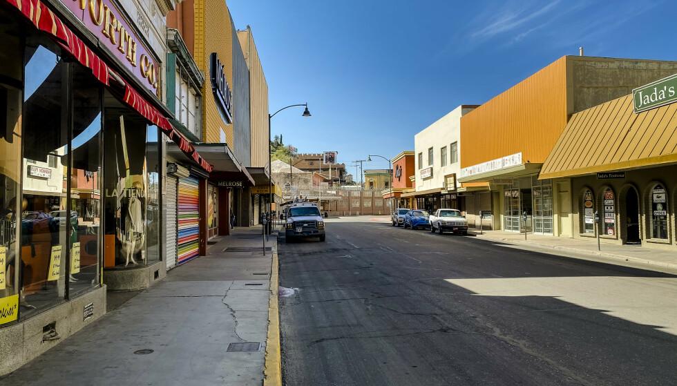 LÅST: Mannekenger, biler og mørklagte butikker. Det er nesten bare grensevaktene som viser seg i Nogales denne mandagen i oktober 2020. Foto: Trym Mogen / Dagbladet
