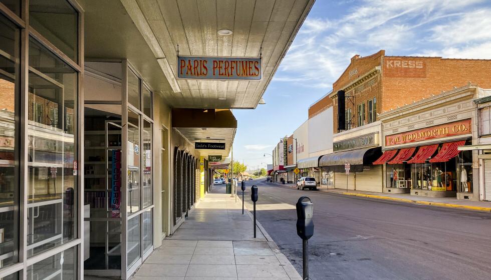 TOMT: Folketomt i hovedgata i amerikanske Nogales. Butikkene er stengt. Foto: Trym Mogen / Dagbladet