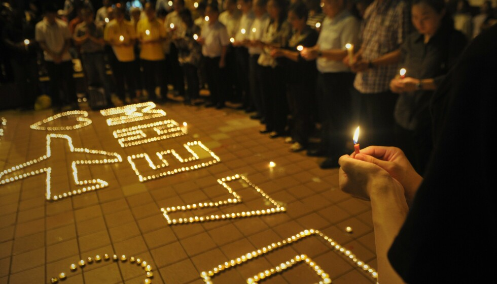TENTE LYS: I dagene etter at Malaysia Airlines-flyet forsvant, samlet store folkemengder seg i Kuala Lumpur, Malaysia. Fortsatt lever passasjerenes familier i uvitenhet om hva som skjedde. Foto: Firaus Latif / Shutterstock / NTB