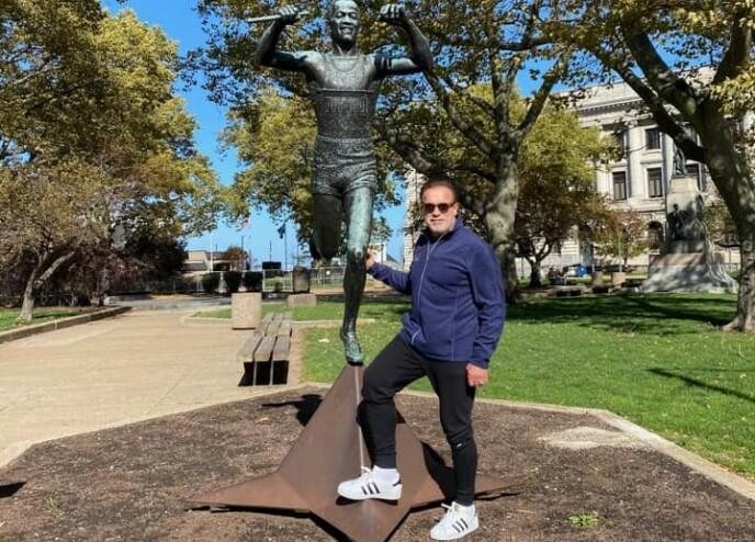 ARNOLD: Han har lagt ut flere bilder av at han poserer med ulike statuer rundt om i Cleveland. Foto: Privat