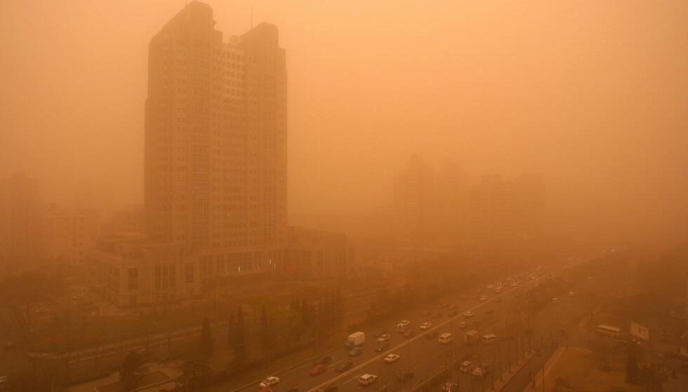 SANDSTORM: Hvert år blåser sand fra Gobi-ørkenen inn over asiatiske land. Her fra Beijing i Kina i 2002. Foto: Andrew Wong / Reuters / ASW / PB / NTB