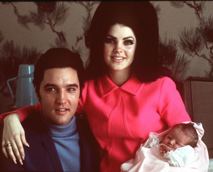 BERØMTE FORELDRE: Lisa Marie Presley er dattera til avdøde Elvis Presley og Priscilla Presley. Her er den lille familien avbildet på sykehuset bare noen dager etter at hun ble født. Foto: NTB Scanpix   Foto: AP Photo / NTB