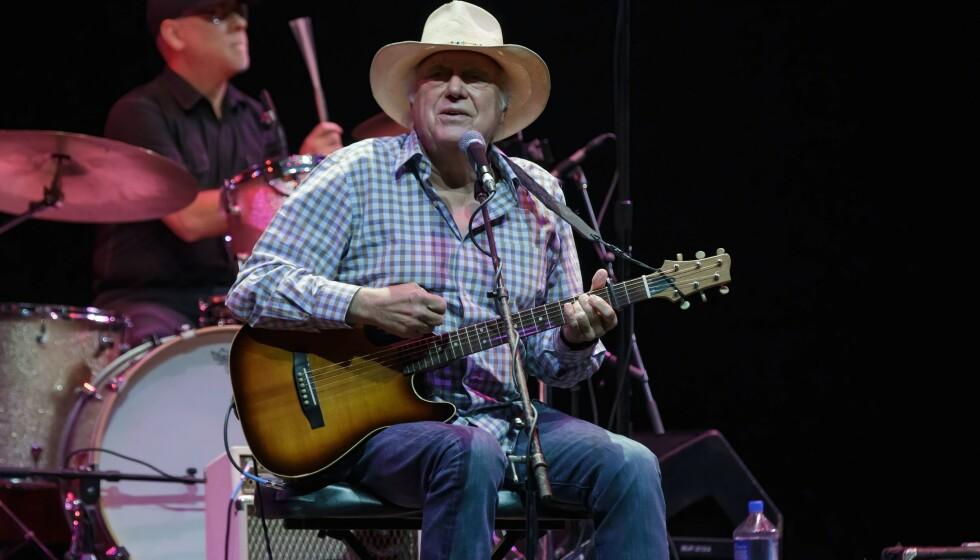 DØD: Countrysangeren og låtskriveren Jerry Jeff Walker har gått bort. Her avbildet i 2015 under en konsert i Texas. Foto: Suzanne Cordeiro / Shutterstock / NTB
