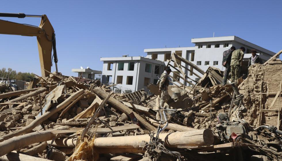 Afghansk sikkerhetspersonell inspiserer åstedet for et selvmordsangrep i Kabul 18. oktober. Lørdag skjedde det et nytt selvmordsangrep i byen. Foto: AP / NTB