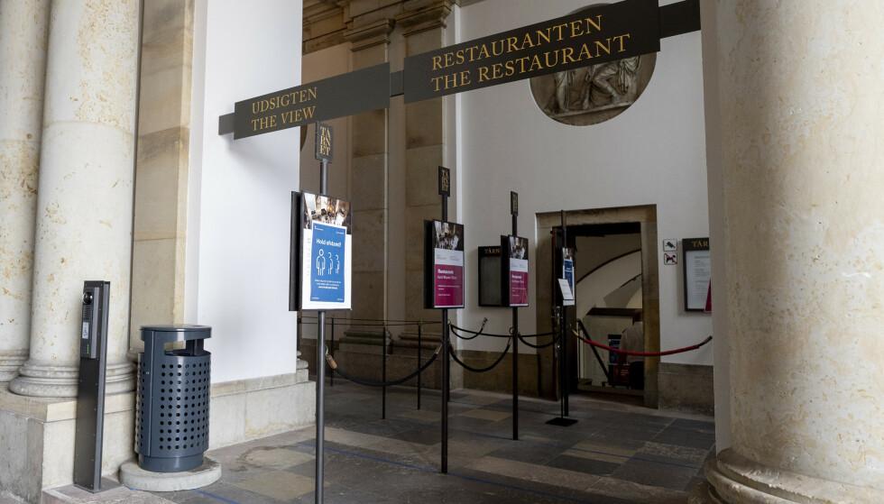 945 personer er det siste døgnet konstatert smittet med korona i Danmark. Dette er det hittil høyeste antall smittede på ett døgn under pandemien. Her smitteverntiltak i København. Foto: Fredrik Hagen / NTB