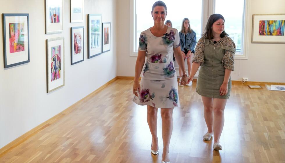 Prinsesse Märtha Louise og Maud Angelica Behn under presentasjon av utstilling med Ari Behns verker på Galleri Varden på Jeløya. Foto: Fredrik Hagen / NTB