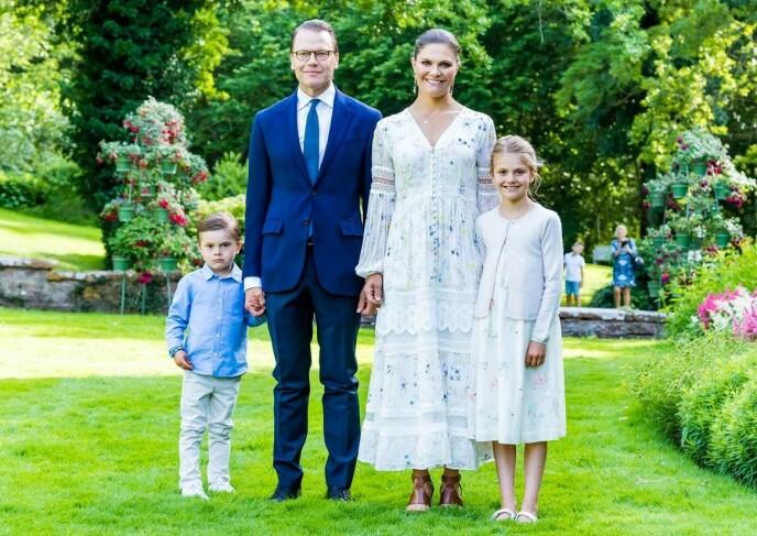 SAMLET: Her er kronprinsesse Victoria avbildet sammen med ektemannen prins Daniel, og barna Estelle og Oscar. Foto: SPA