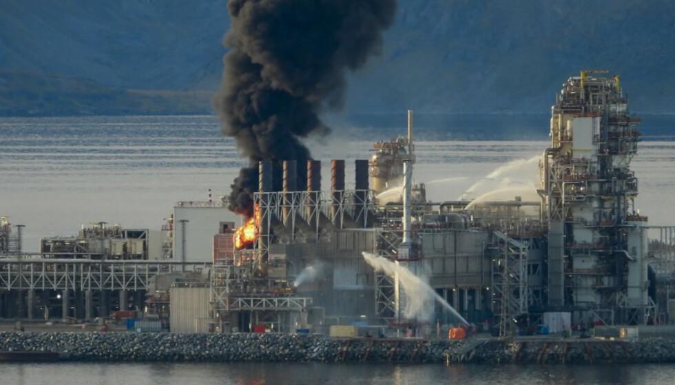 BRANNEN: Brann i produksjonsanleggene på Melkøya utenfor Hammerfest tidligere i høst. Bellonas rapport hudfletter Equinors håndtering. Foto: Bjarne Halvorsen / NTB