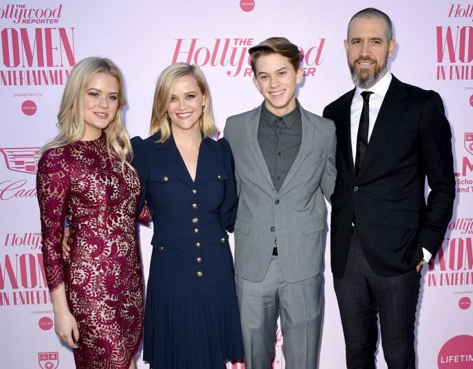 GIFT PÅ NYTT: Reese giftet seg med Jim Toth i 2011. Her var paret sammen med førstnevntes barn Ava og Deacon i fjor. Foto: Shutterstock / NTB